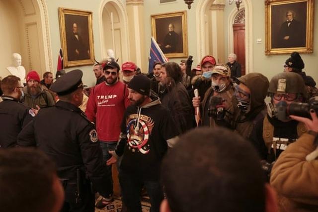Tòa nhà quốc hội Mỹ tê liệt vì người biểu tình ủng hộ ông Trump - 15