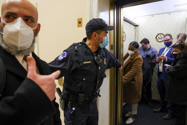Tòa nhà quốc hội Mỹ tê liệt vì người biểu tình ủng hộ ông Trump - 14