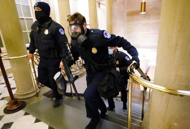 Người ủng hộ ông Trump đối đầu cảnh sát Mỹ bên trong tòa nhà quốc hội - 3