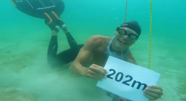 Người đàn ông lập kỷ lục nín thở bơi biển lâu nhất thế giới - 2