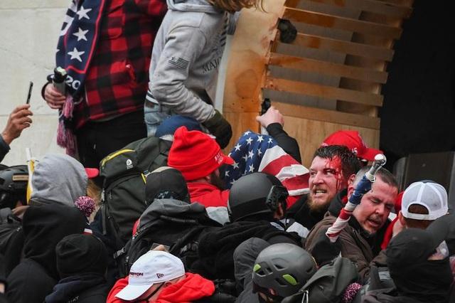 Bốn giờ hỗn loạn khi quốc hội Mỹ thất thủ vì người ủng hộ ông Trump - 10