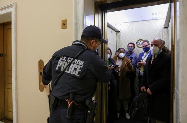 Bốn giờ hỗn loạn khi quốc hội Mỹ thất thủ vì người ủng hộ ông Trump - 11