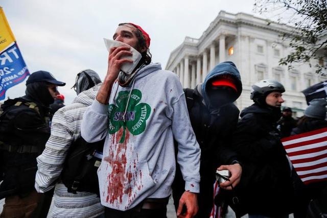 Bốn giờ hỗn loạn khi quốc hội Mỹ thất thủ vì người ủng hộ ông Trump - 15