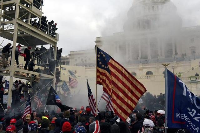 Bốn giờ hỗn loạn khi quốc hội Mỹ thất thủ vì người ủng hộ ông Trump - 16