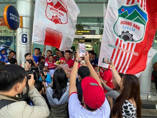 Báo Thái Lan: Cổ động viên Việt Nam dành tình yêu lớn cho Kiatisuk - 5