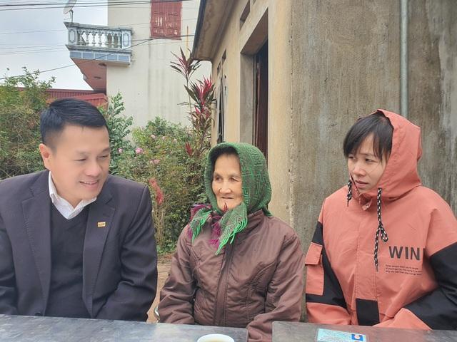 2 người phụ nữ nghèo đón nhận 20 triệu đồng từ ngân hàng trao tặng - 2