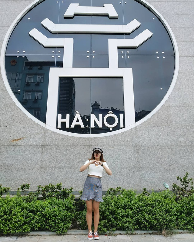Young people enjoy taking pictures with Hanoi - 4 bold virtual life coordinates
