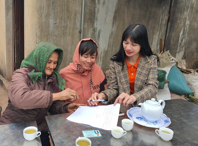 2 người phụ nữ nghèo đón nhận 20 triệu đồng từ ngân hàng trao tặng - 3