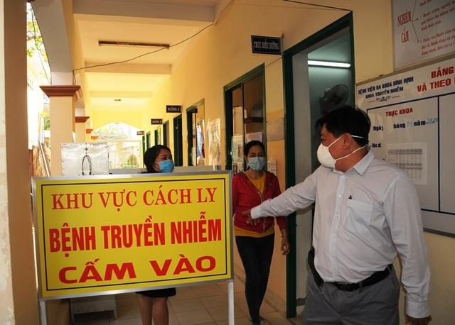 Xử phạt 3 nhân viên y tế không đeo khẩu trang phòng Covid-19 - 1