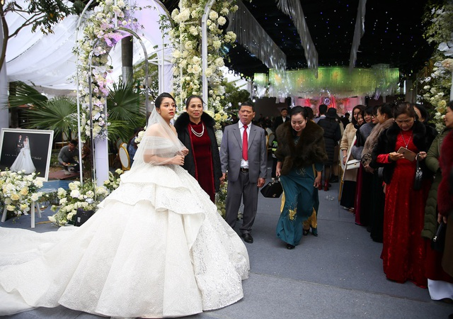 Vợ Bùi Tiến Dũng mặc váy xẻ vai, chịu lạnh trong lễ cưới ở Bắc Ninh - 3