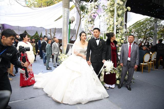 Vợ Bùi Tiến Dũng mặc váy xẻ vai, chịu lạnh trong lễ cưới ở Bắc Ninh - 4