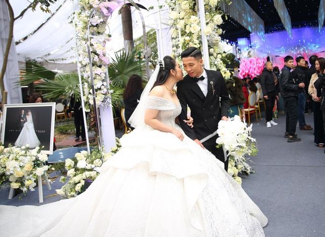 Vợ Bùi Tiến Dũng mặc váy xẻ vai, chịu lạnh trong lễ cưới ở Bắc Ninh - 2