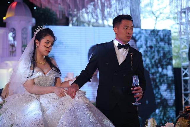 Vợ Bùi Tiến Dũng mặc váy xẻ vai, chịu lạnh trong lễ cưới ở Bắc Ninh - 8