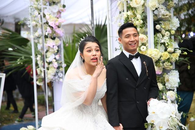 Vợ Bùi Tiến Dũng mặc váy xẻ vai, chịu lạnh trong lễ cưới ở Bắc Ninh - 5