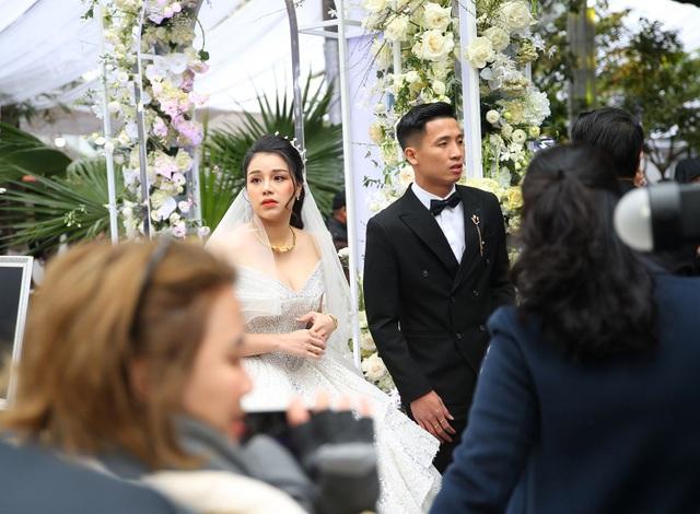 Vợ Bùi Tiến Dũng mặc váy xẻ vai, chịu lạnh trong lễ cưới ở Bắc Ninh - 6