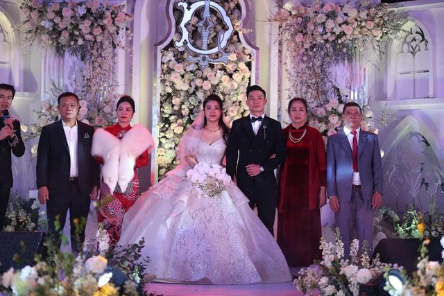 Vợ Bùi Tiến Dũng mặc váy xẻ vai, chịu lạnh trong lễ cưới ở Bắc Ninh - 7