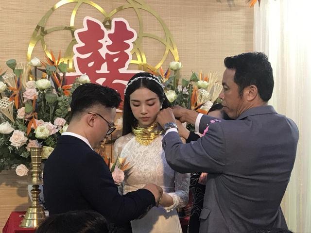 Á hậu Thúy An đeo vàng trĩu cổ trong lễ Vu quy - 9