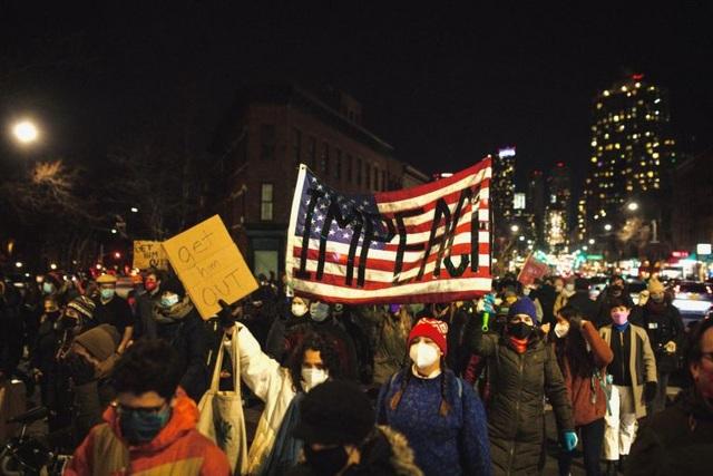 Hàng nghìn người biểu tình đòi phế truất ông Trump - 1