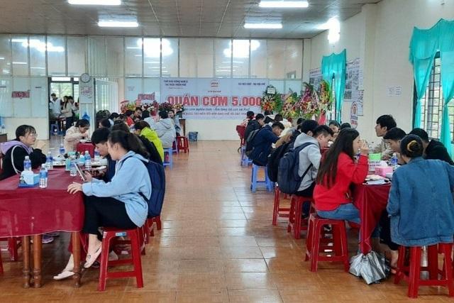 Người lao động nghèo, sinh viên xa nhà ấm lòng với Quán cơm 5000 - 1