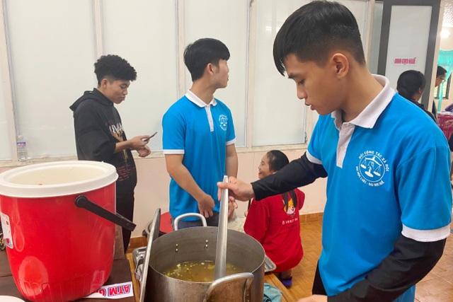Người lao động nghèo, sinh viên xa nhà ấm lòng với Quán cơm 5000 - 4