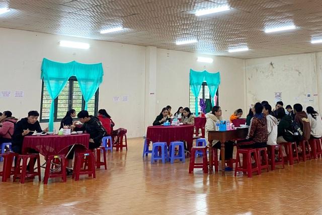 Người lao động nghèo, sinh viên xa nhà ấm lòng với Quán cơm 5000 - 11