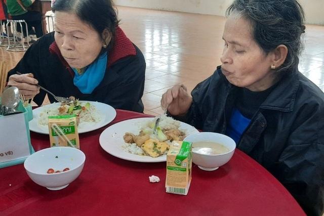 Người lao động nghèo, sinh viên xa nhà ấm lòng với Quán cơm 5000 - 9