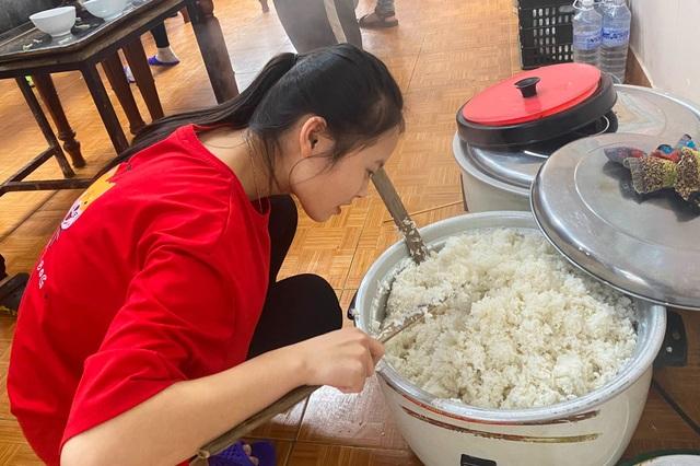 Người lao động nghèo, sinh viên xa nhà ấm lòng với Quán cơm 5000 - 3