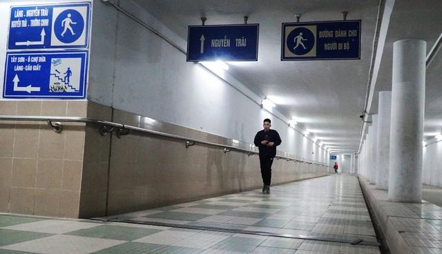 Lạnh cắt da cắt thịt, nhiều người dân xuống hầm đi bộ tập thể dục - 1