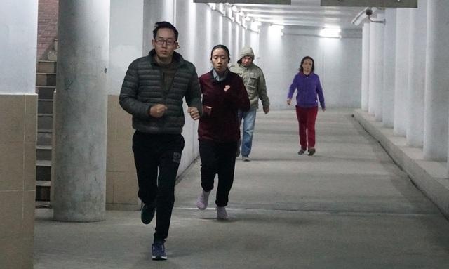 Lạnh cắt da cắt thịt, nhiều người dân xuống hầm đi bộ tập thể dục - 2