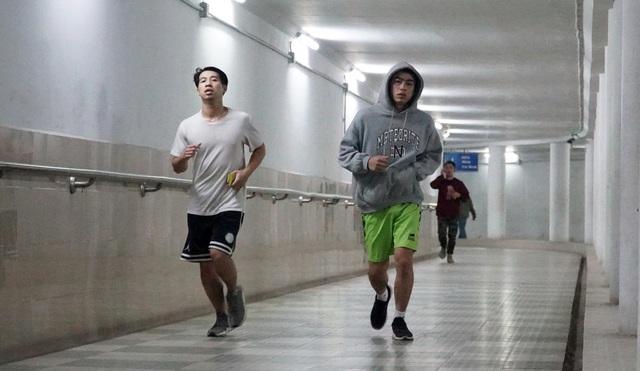 Lạnh cắt da cắt thịt, nhiều người dân xuống hầm đi bộ tập thể dục - 3