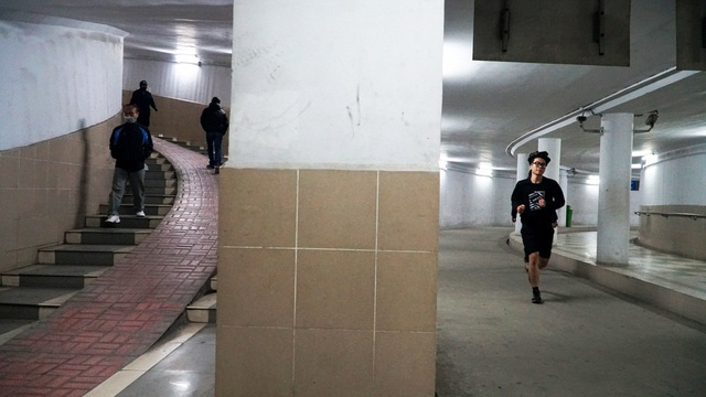 Lạnh cắt da cắt thịt, nhiều người dân xuống hầm đi bộ tập thể dục - 5