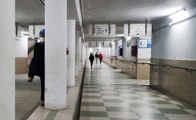 Lạnh cắt da cắt thịt, nhiều người dân xuống hầm đi bộ tập thể dục - 7