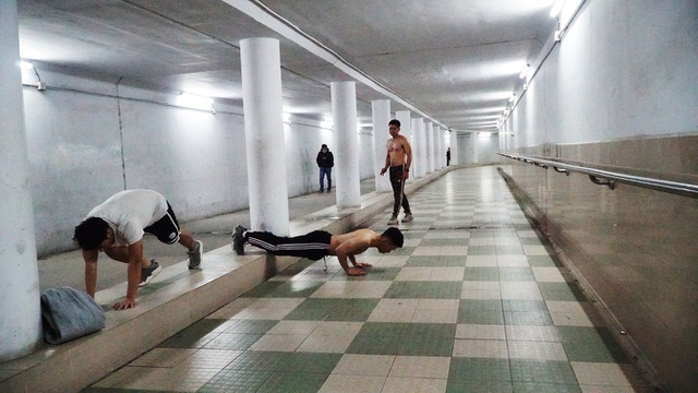 Lạnh cắt da cắt thịt, nhiều người dân xuống hầm đi bộ tập thể dục - 11