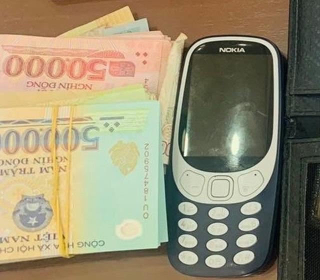 Hành khách đãng trí bỏ quên chiếc túi đựng nhiều tiền trên máy bay - 1