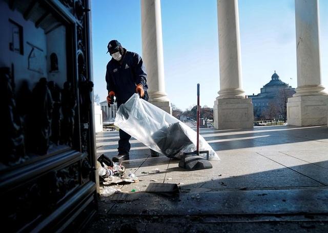 Rác, mảnh mỡ vương vãi khắp tòa nhà quốc hội Mỹ sau bạo loạn - 1
