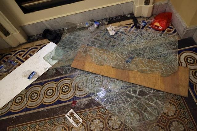 Rác, mảnh mỡ vương vãi khắp tòa nhà quốc hội Mỹ sau bạo loạn - 11