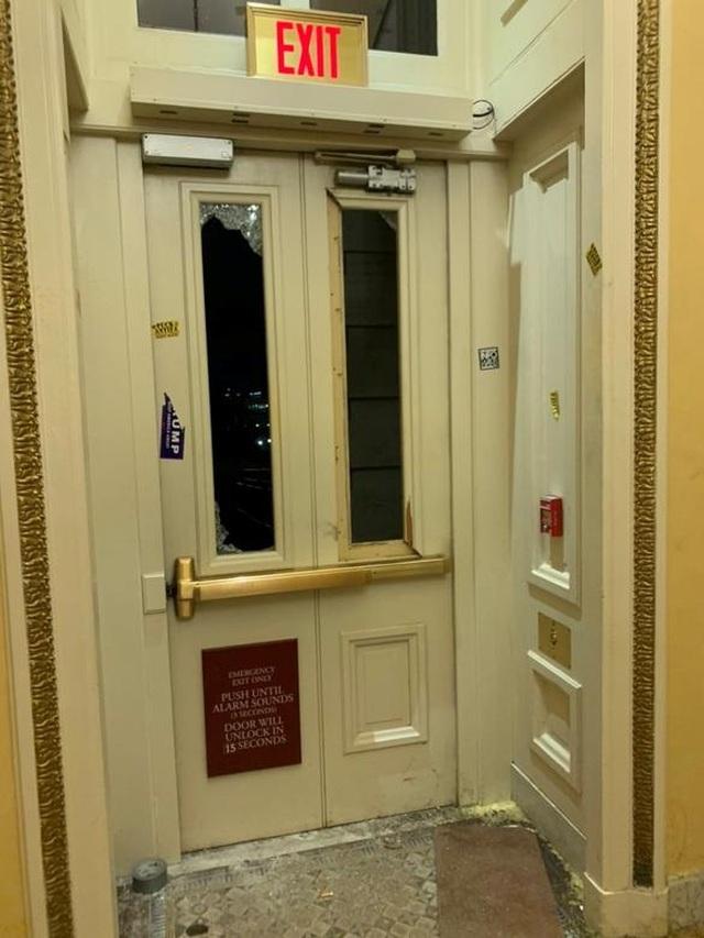 Rác, mảnh mỡ vương vãi khắp tòa nhà quốc hội Mỹ sau bạo loạn - 12
