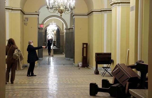 Rác, mảnh mỡ vương vãi khắp tòa nhà quốc hội Mỹ sau bạo loạn - 13