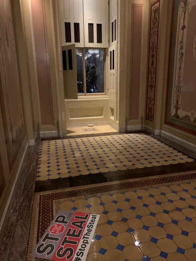 Rác, mảnh mỡ vương vãi khắp tòa nhà quốc hội Mỹ sau bạo loạn - 14
