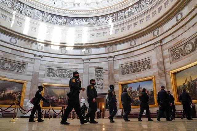 Rác, mảnh mỡ vương vãi khắp tòa nhà quốc hội Mỹ sau bạo loạn - 15