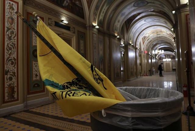 Rác, mảnh mỡ vương vãi khắp tòa nhà quốc hội Mỹ sau bạo loạn - 2