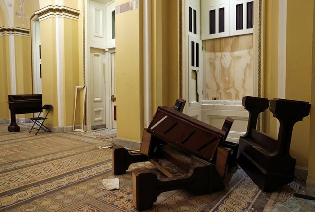 Rác, mảnh mỡ vương vãi khắp tòa nhà quốc hội Mỹ sau bạo loạn - 3