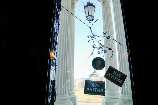 Rác, mảnh mỡ vương vãi khắp tòa nhà quốc hội Mỹ sau bạo loạn - 6