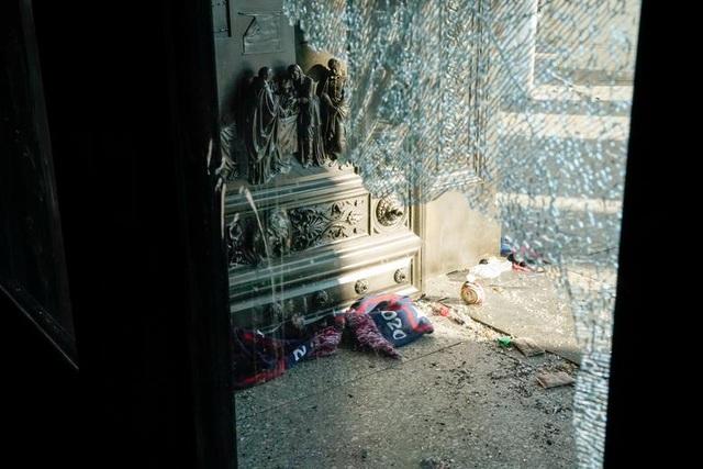 Rác, mảnh mỡ vương vãi khắp tòa nhà quốc hội Mỹ sau bạo loạn - 7