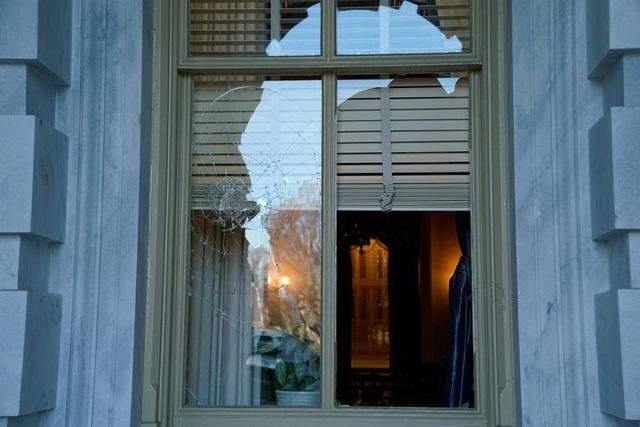 Rác, mảnh mỡ vương vãi khắp tòa nhà quốc hội Mỹ sau bạo loạn - 8