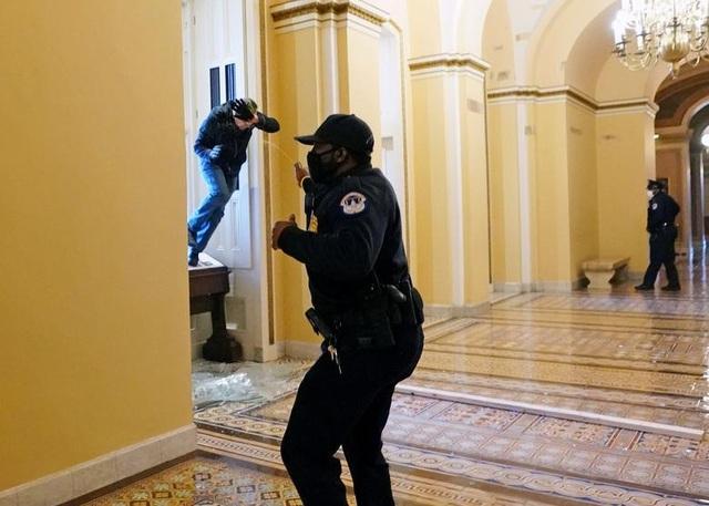 Diễn biến 4 giờ trụ sở quốc hội Mỹ tê liệt trong vụ bạo loạn lịch sử - 10