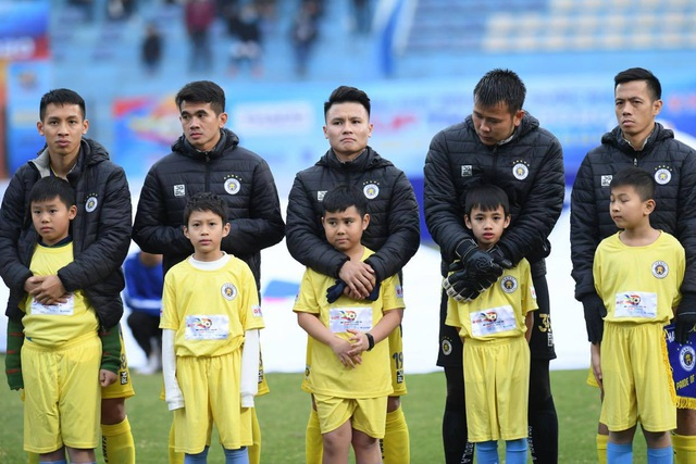 BTC trận Siêu Cúp Quốc gia nhận lỗi vì để trẻ nhỏ mặc áo cộc tay - 2