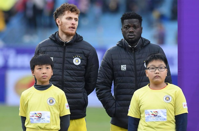BTC trận Siêu Cúp Quốc gia nhận lỗi vì để trẻ nhỏ mặc áo cộc tay - 1
