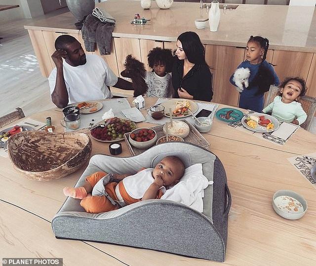 Kim Kardashian liên tục đăng ảnh gợi cảm giữa tin đồn hôn nhân rạn nứt - 8