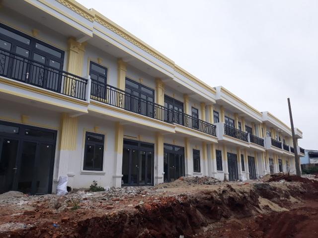 Vụ 26 căn nhà bất ngờ mọc lên: Phạt 280 triệu đồng, đình chỉ thi công - 1